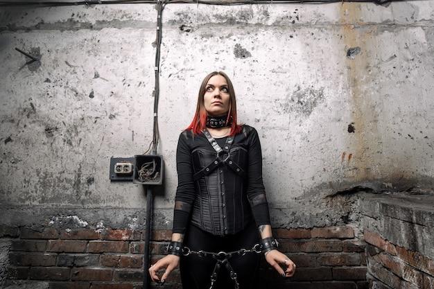 Доминирующая женщина в черном корсете