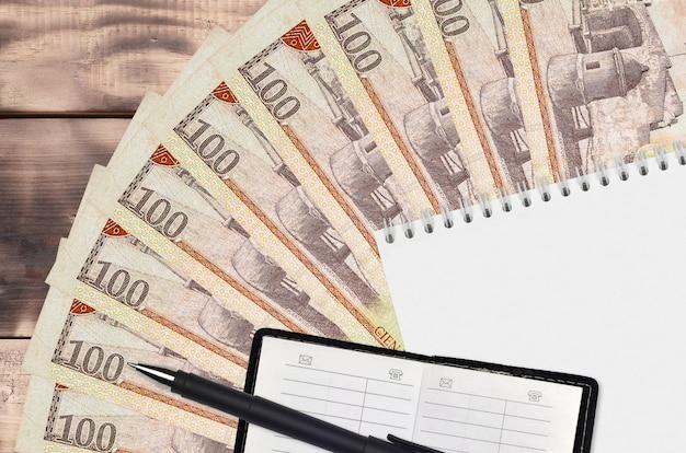 도미니카 페소 지폐 팬과 메모장과 연락처 책과 검은 색 펜