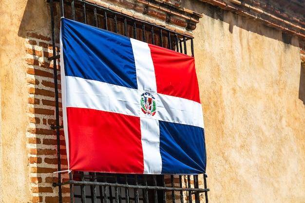 Флаг доминиканской республики на окне