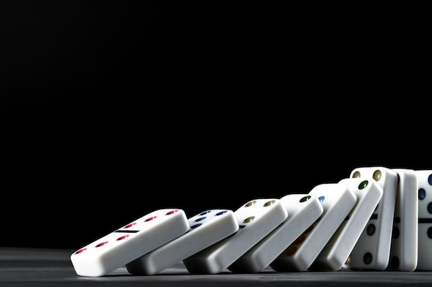 Игра домино. домино на черном столе