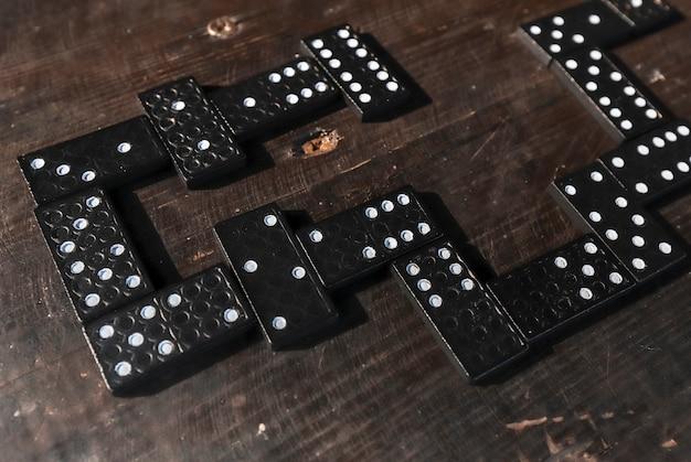 Фигуры домино на деревянном столе в порядке игры