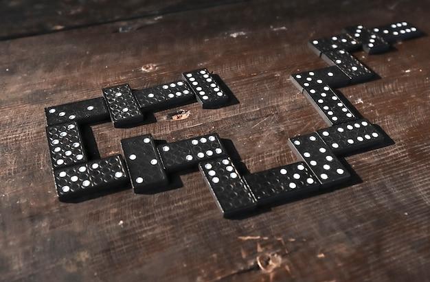 Фишки домино на деревянном столе в порядке игровой концепции
