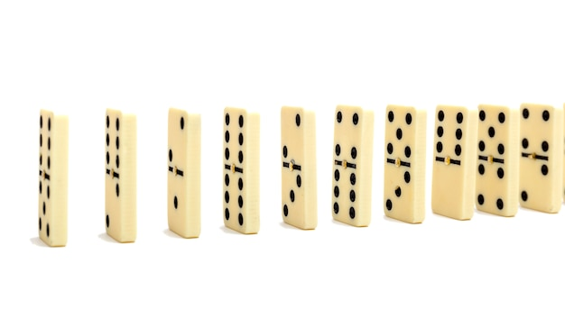 여러 개의 도미노 뼈를 일렬로 배치 한 도미노 효과 구성
