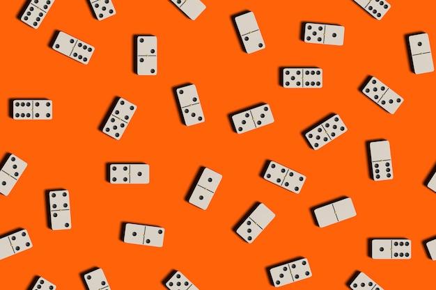 Плитка домино на оранжевом фоне.