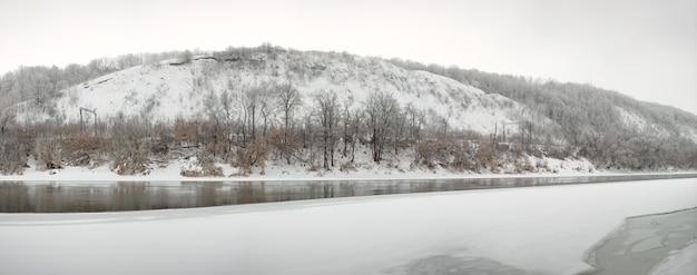 돈 강은 얼음으로 덮여 있습니다. 러시아의 겨울 풍경입니다.