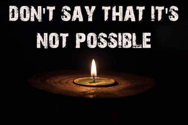 木製の燭台では不可能だと言ってはいけません-暗い背景の白いろうそく-。