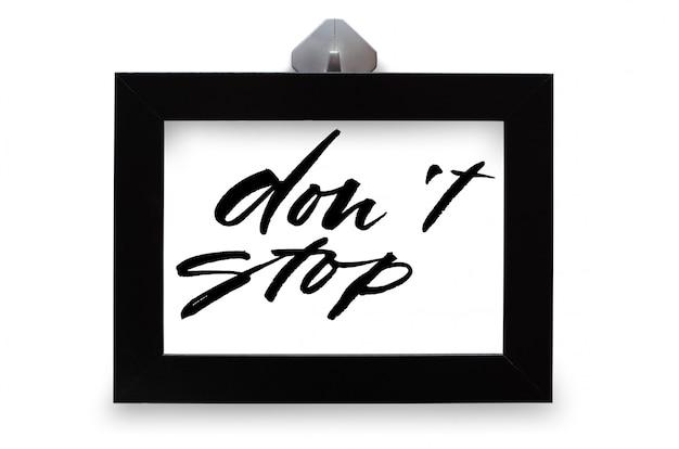 止まらないで。手書きのテキスト。現代書道。インスピレーションを与える引用。白で隔離