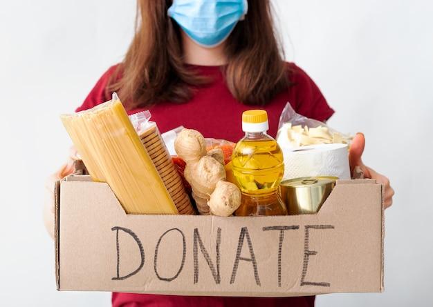여성의 손에 음식 상자 기부