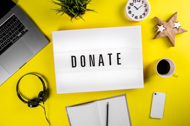 現代の黄色いオフィスのデスクトップにメッセージライトボックスを寄付する