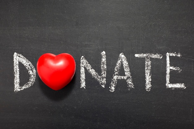 Пожертвовать слово, написанное от руки на школьной доске