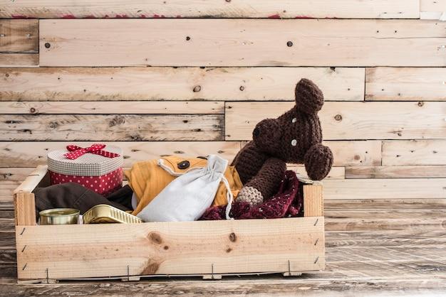 Ящик с едой, одеждой и медикаментами для пострадавших