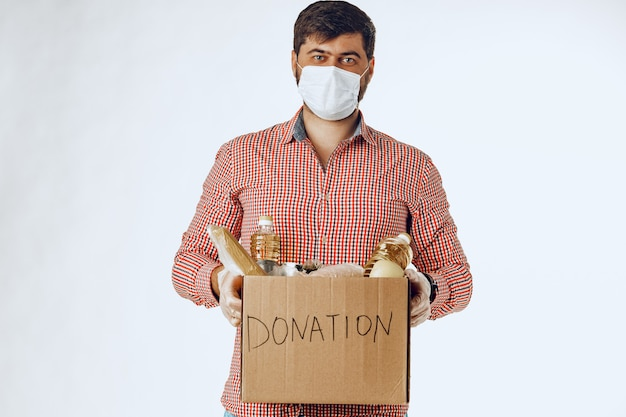 Ящик с продуктами питания для людей, страдающих от последствий пандемии коронавируса Premium Фотографии