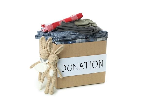 Ящик для пожертвований с одеждой на белом фоне