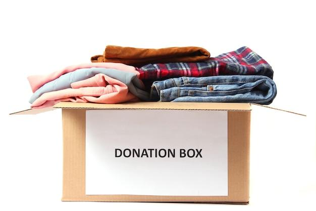 白で隔離の服と募金箱