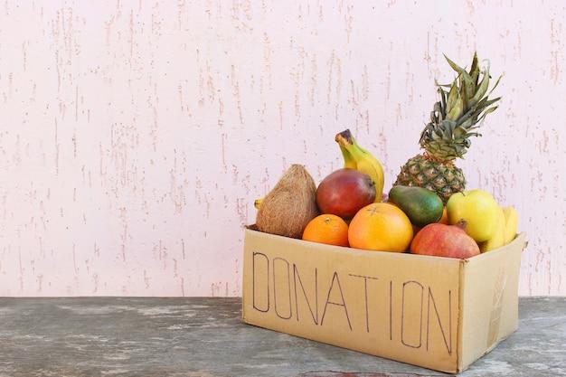 오래 된 나무 배경에 음식과 기부 상자입니다.