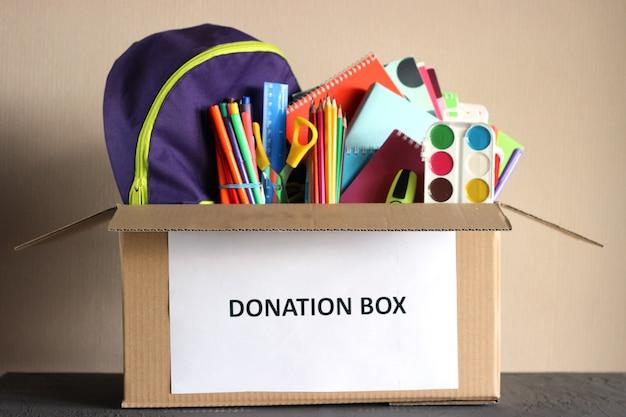 학교 문구 항목 근접 촬영 기부 상자