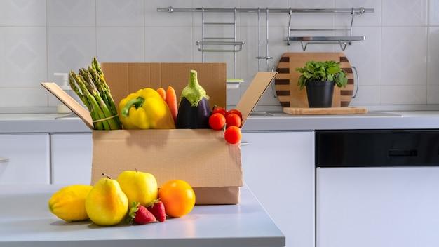 スーパーフードの果物と野菜の募金箱。食品のコンセプトを共有しています。食品配達。コロナウイルスのパンデミックヘルプ