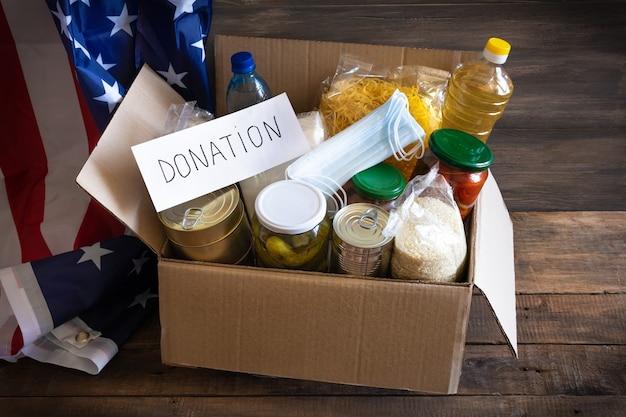 다양한 음식이 담긴 기부 상자