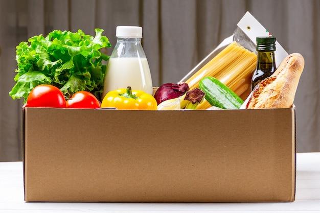 Ящик для пожертвований с разнообразной едой.