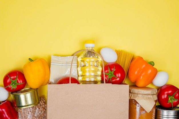 さまざまなスマートフードが入った募金箱。紙袋。食品の寄付や食品配達サービスのコンセプト。