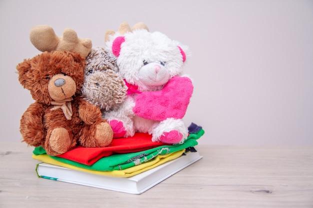 기부 개념. 아이들 옷, 책, 학용품 및 장난감으로 상자를 기부하십시오.