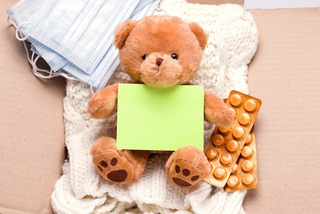 Концепция пожертвования. в коробке вещи, медикаменты и средства индивидуальной защиты.