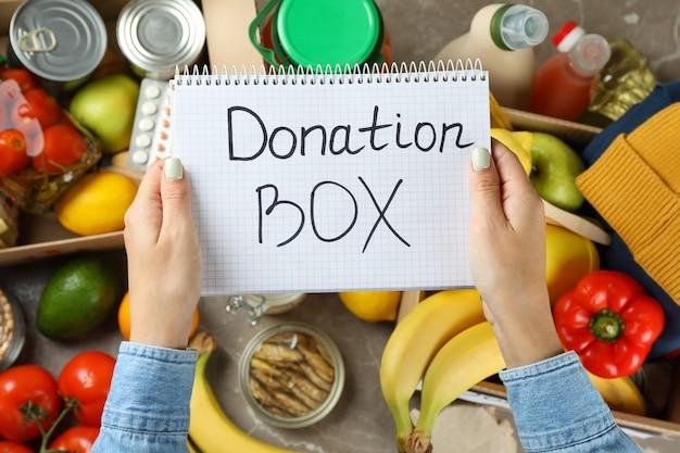 Концепция пожертвования с женскими руками и разной едой