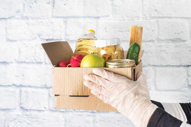 Пожертвование продуктов питания, собранных в коробке. копировать пространство