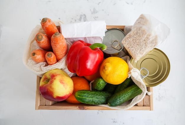 Деревянный ящик для пожертвований с различной едой.