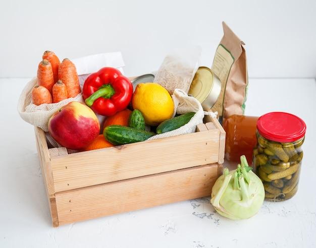 다양한 음식을 기부 나무 상자.