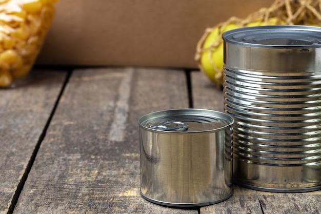 테이블 배경에 통조림 식품 기부 식품. 개념을 기부하십시오. 확대.