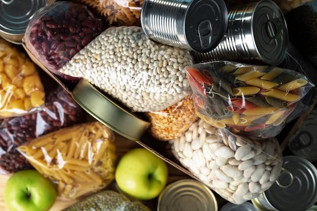 Пожертвования еды с консервами на поверхности стола