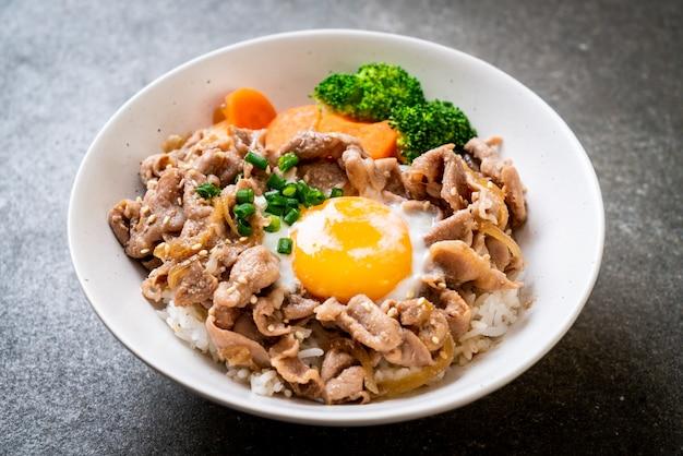 돈부리, 온천 계란과 야채를 곁들인 돼지 고기 덮밥