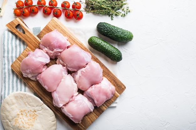 Ингредиенты донера, куриное мясо на белом, плоская планировка с копией пространства