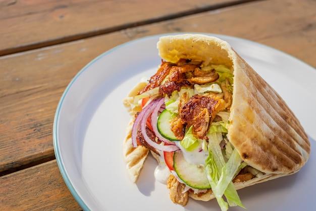 Донер кебаб в местной уличной еде