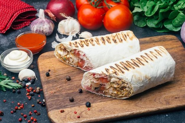 Донер-кебаб, шаурма или курица-гриль с донер-роллом