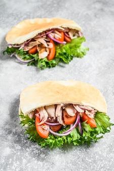 ピタパンに鶏肉と野菜のグリルを添えたドネルケバブ