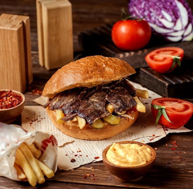 Донер с мясом, картофелем и солеными огурцами