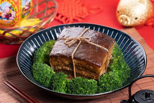 춘절 식사를위한 동포 돼지 고기와 녹색 브로콜리 야채