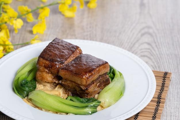 緑の野菜と中国の旧正月の伝統的な食べ物と東坡肉
