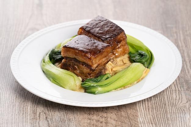 동포 돼지 고기와 춘절 용 야채