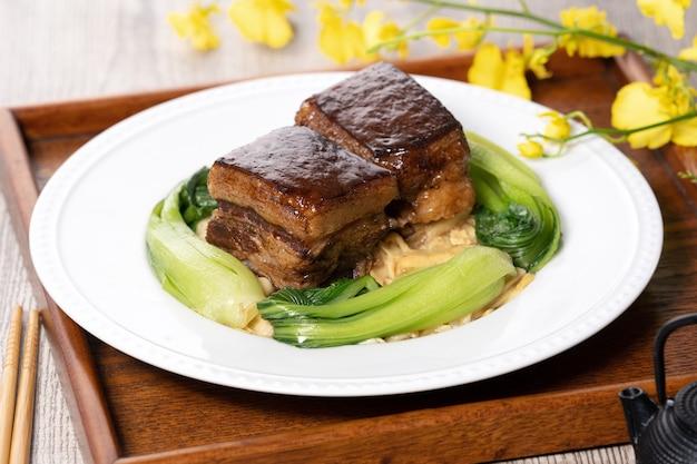 中国の旧正月の食事のための野菜と東坡肉の豚肉