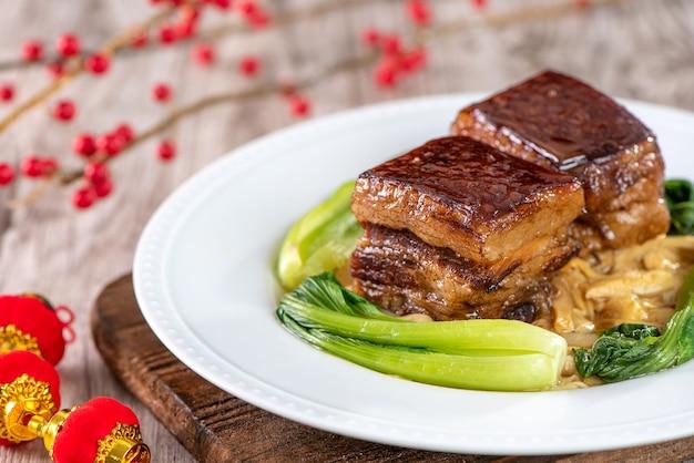 야채를 곁들인 동포 돼지 고기, 전통 설날 식사