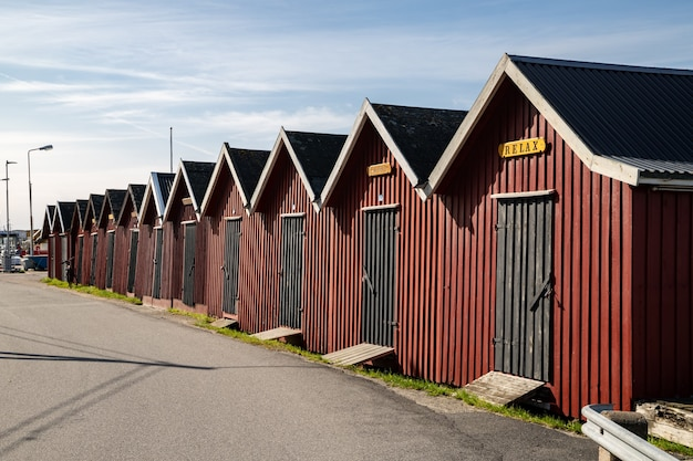 イェーテボリ群島のリラックスした赤いボートハウスがあるスウェーデンのドンソ島