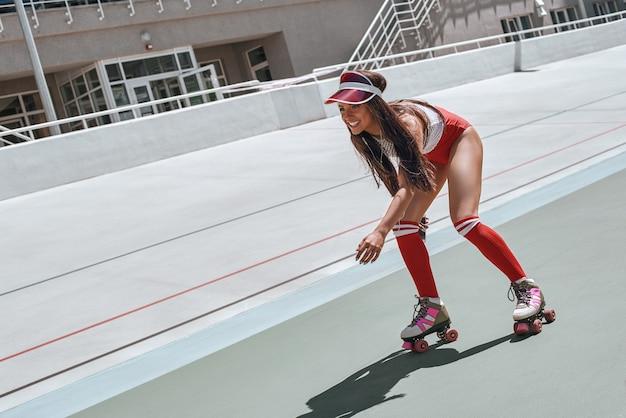 嫌いにならないでローラースケートをする美女が音楽スケートを聴いている