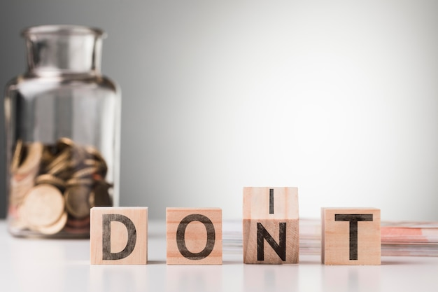 Non dire accanto al barattolo con le monete sul tavolo