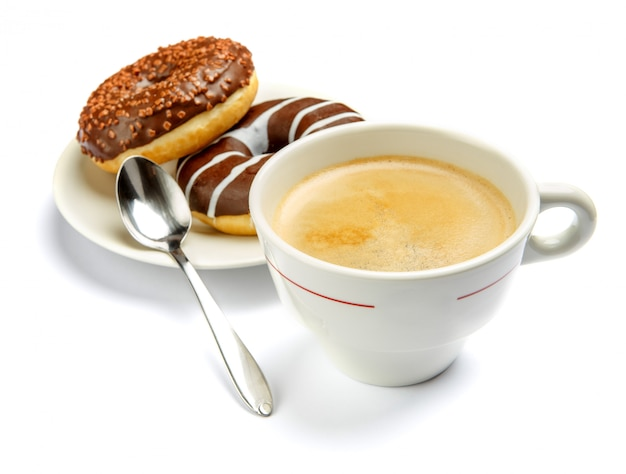 ドーナツと白で隔離されるコーヒー