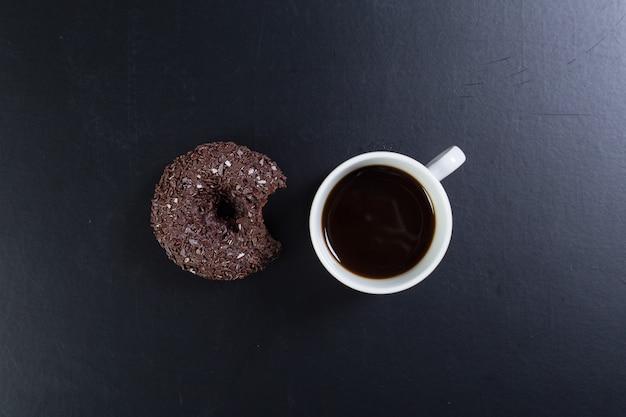 黒の背景にドーナツとコーヒー