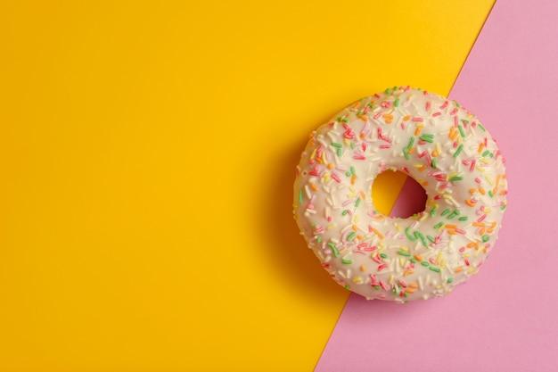 분홍색과 노란색에 도넛
