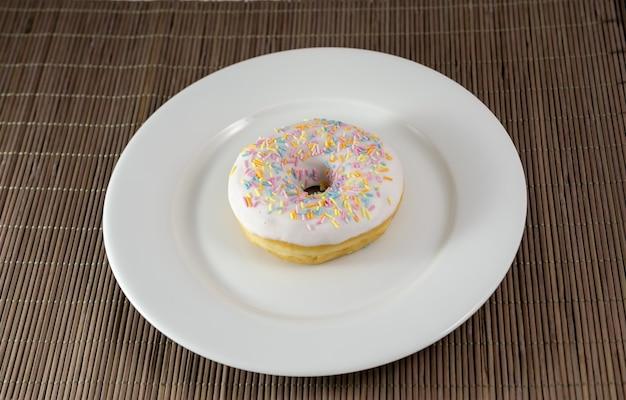 皿の上のドーナツ